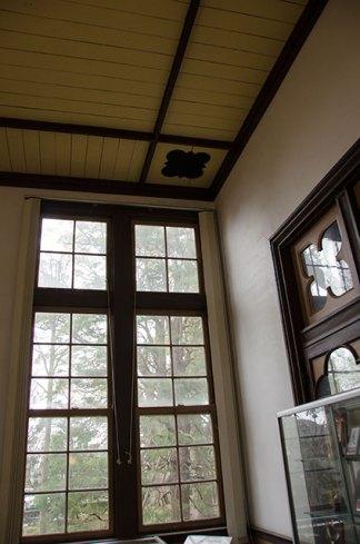 高い天井や壁にも装飾が凝らされていました