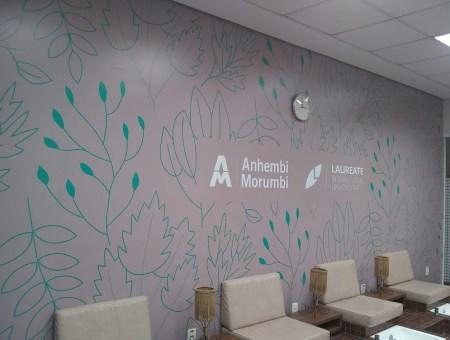 Ambientação de espaço com adesivo na parede
