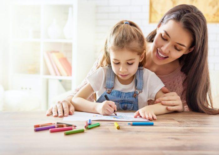 kind tekent in vakantiedagboek