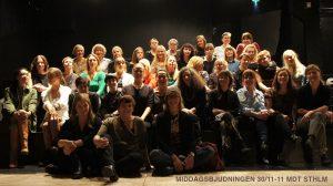 A Room - En gruppbild på alla från middagsbjudningen A Room 30/11-11. Ca 40 personer i fem rader.