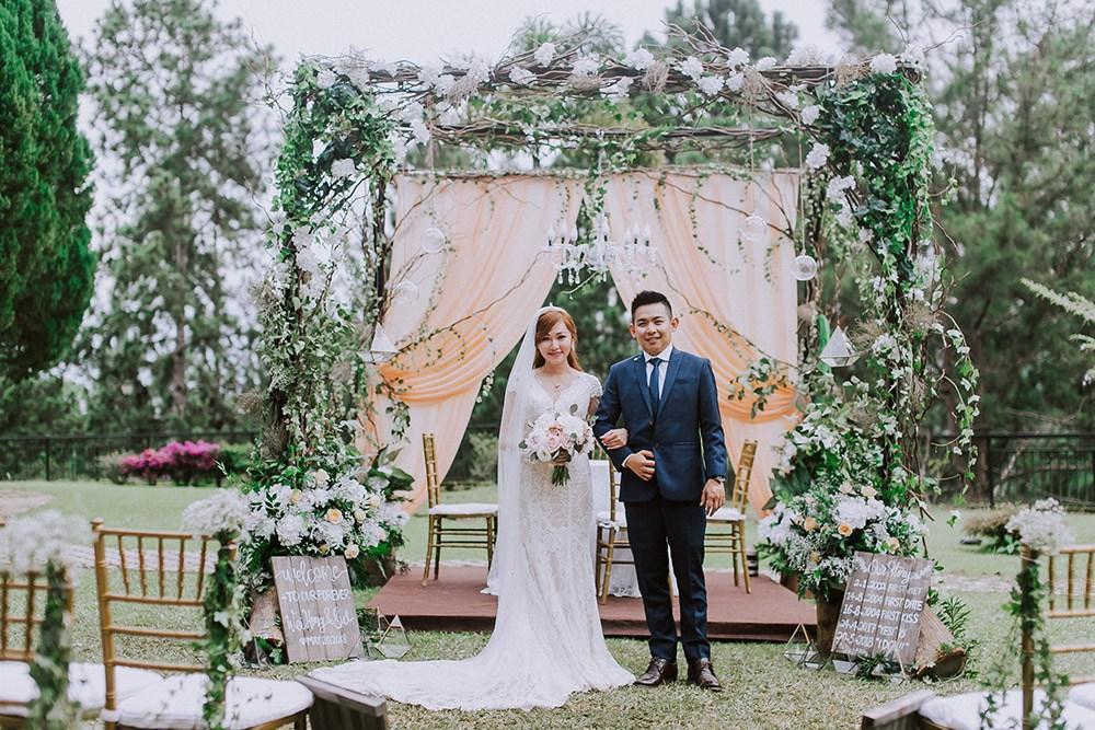 DREAMY PEACH ON WHITE GARDEN WEDDING AT PUNCAK DANI BUNGALOW, PAHANG |  Louis Loo