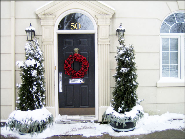 red-wreath-white-house