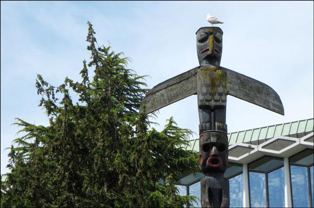 totem-pole-with-bird