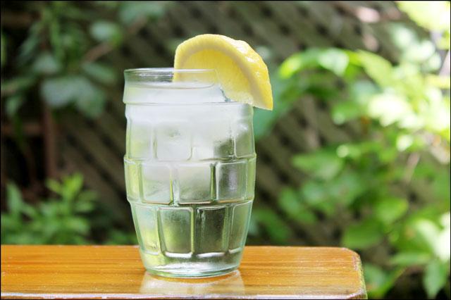 white-wine-sprritzer-with-lemon