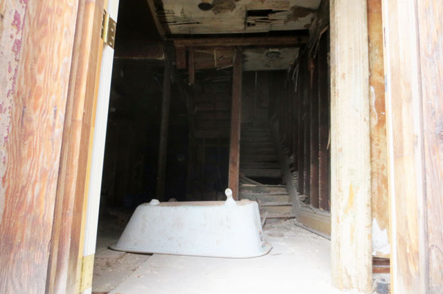 claw-foot-tub-old-house