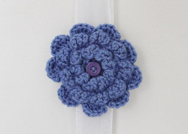crocheted-flower-brooch