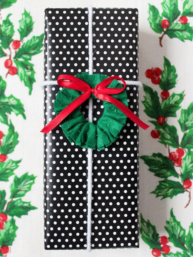 handmade-christmas-wreath-gift-topper-felt-and-ribbon-02