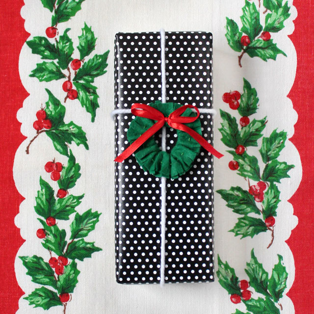 handmade-christmas-wreath-gift-topper-felt-and-ribbon