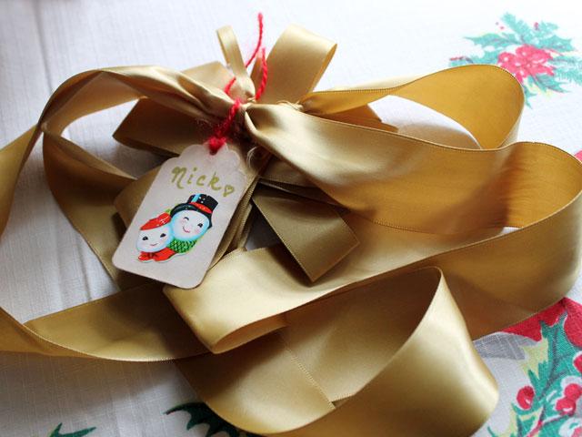 reusable-christmas-gift-tag-made-with-vintage-seal