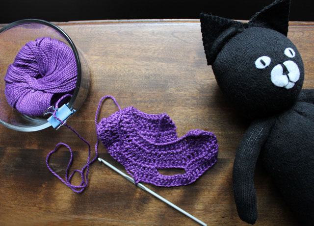 crocheting-sweater-for-stuffed-cat