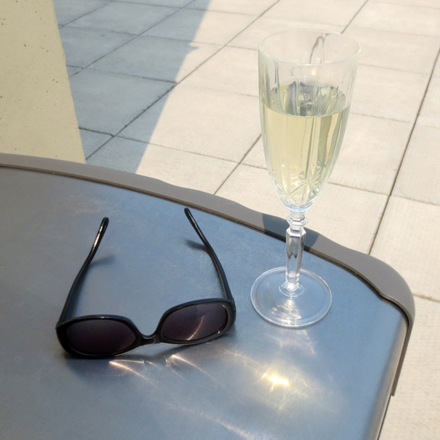 bubbly-wine-on-a-rooftop