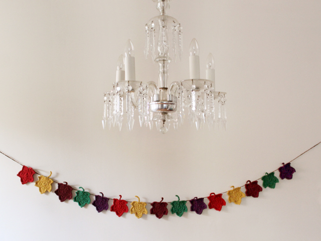 crocheted-autumn-garland-coloured-maple-leaves