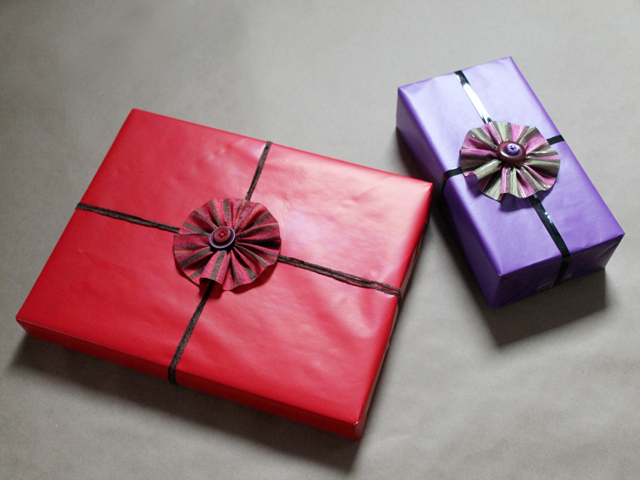 how-to-make-gift-bows-ribbon-and-button-flowers-easy-handmade-diy