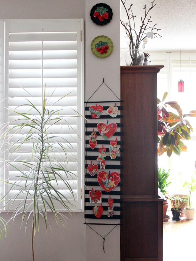 handmade-greeting-card-holder-wallhanging-valentine-decoration