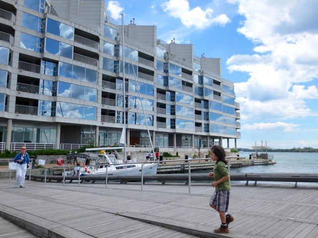 toronto-boardwalk-along-waterfront-queen-quay