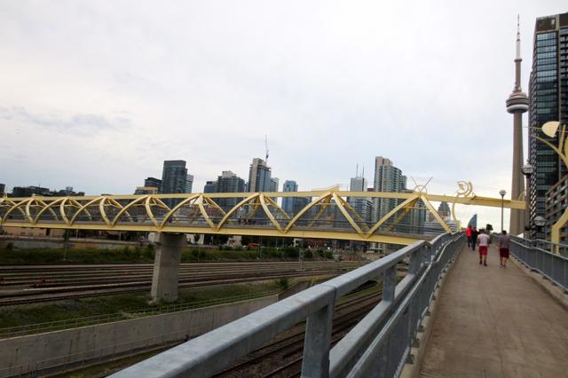 puente-de-luz-bridge-cityplace-toronto