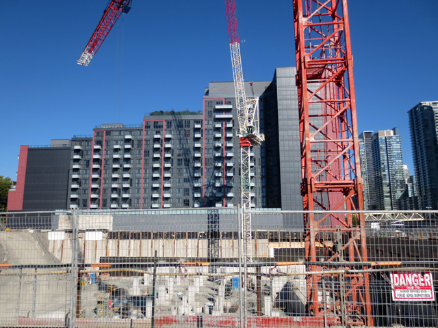 construction-site-toronto-condo-development-bathurst-and-niagara