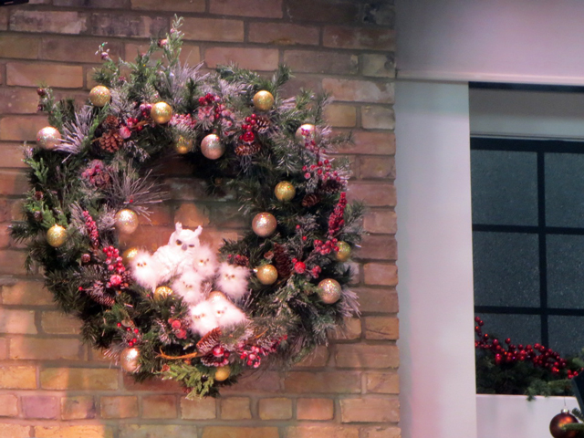christmas-set-marilyn-denis-show-owl-wreath
