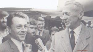 Michel Rocard et M. Couve de Murville en campagne sur le marché de Chesnay en 1969