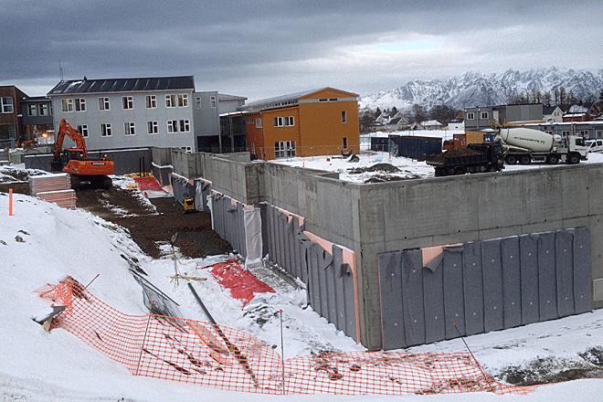 Arbeider med grunnmuren til Melbu skole 16. februar 2015.