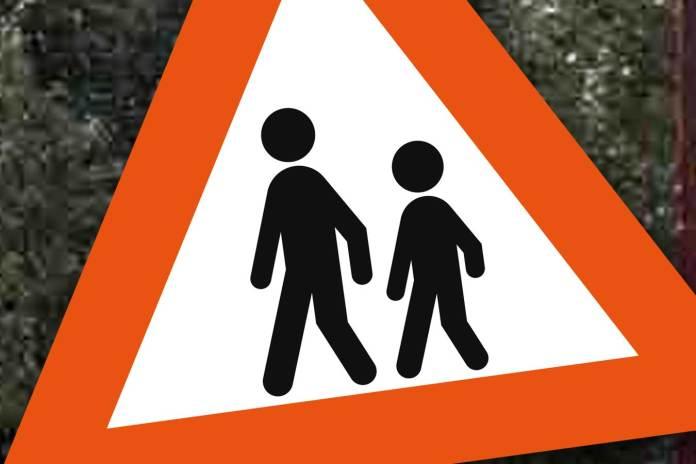 skilt veiskilt barn trafikk folk kvinne mann gående trafikk samferdsel
