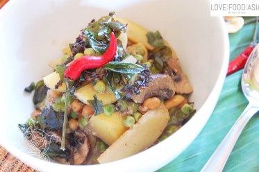 Asiatisches Wokgemüse mit Kartoffeln, Erbsen und Pilzen