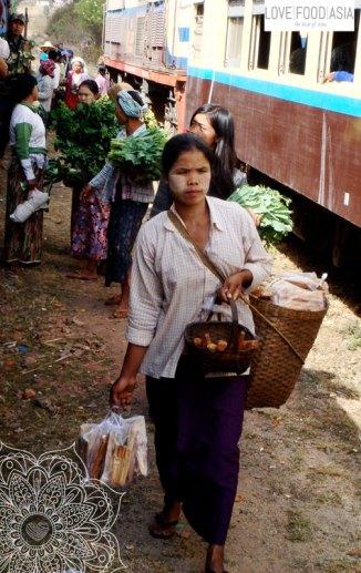 Frau neben den Slow Train