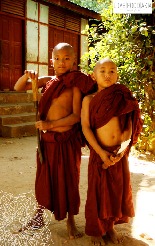 Zwei kleinen Mönche in Bagan