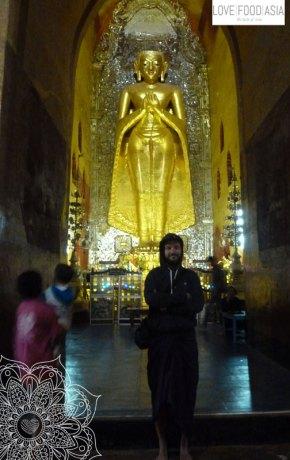 Riesige Statue in Bagan