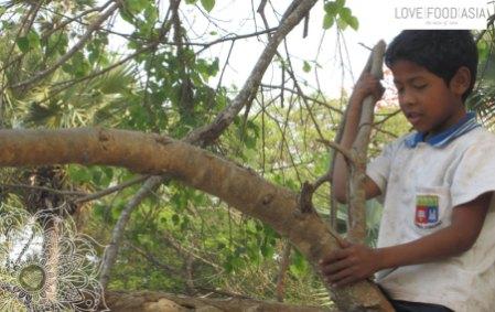 Spielender Junge bei Angkor Wat