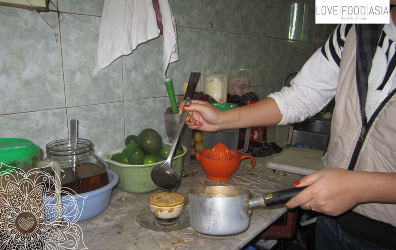 Zubereitung des Ca Phe Trung in Hanoi
