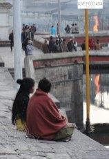 Frauen am Ufer in Kathmandu