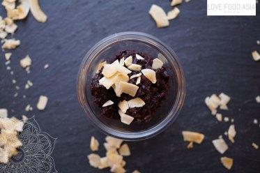 Schwarzer Klebereispudding mit Kokosflocken