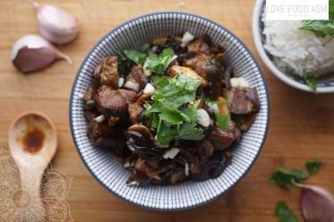 Knuspriges Schweinefleisch mit Knoblauch