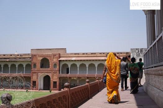 Indische Frau im Roten Fort