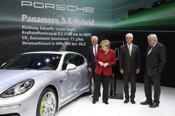 Angele Merkel present Porsche 918 Spyder