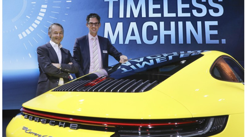 August Achleitner (l.) and Dr. Frank-Steffen Walliser (r.) with the new Porsche 911