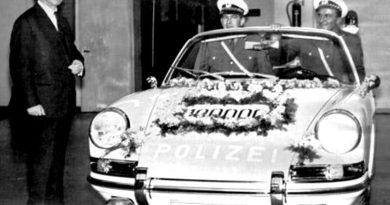 Ferry Porsche hands over the 100.000th Porsche ever built to the German police.