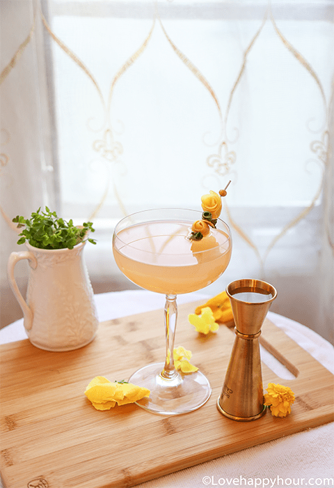 St. Patrick's Day Cocktail: Pot Oro' Gold.  #recipe #StPatricksDay #champagne #gin #grapefruit @lovehappyhour