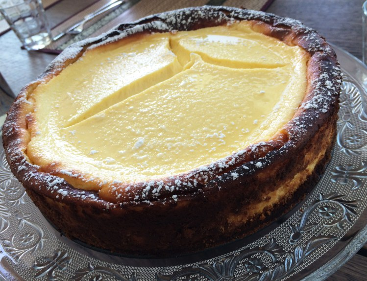 Cremiger Cheesecake mit Zimtboden