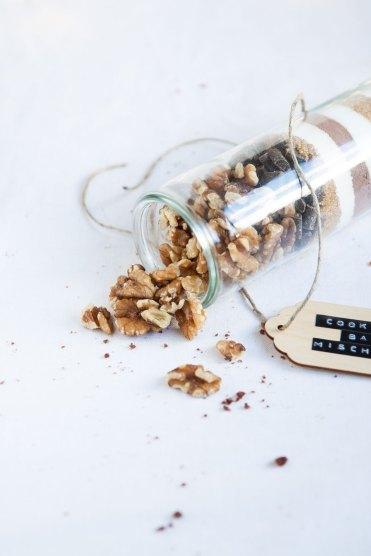 Nüsse und Backmischung