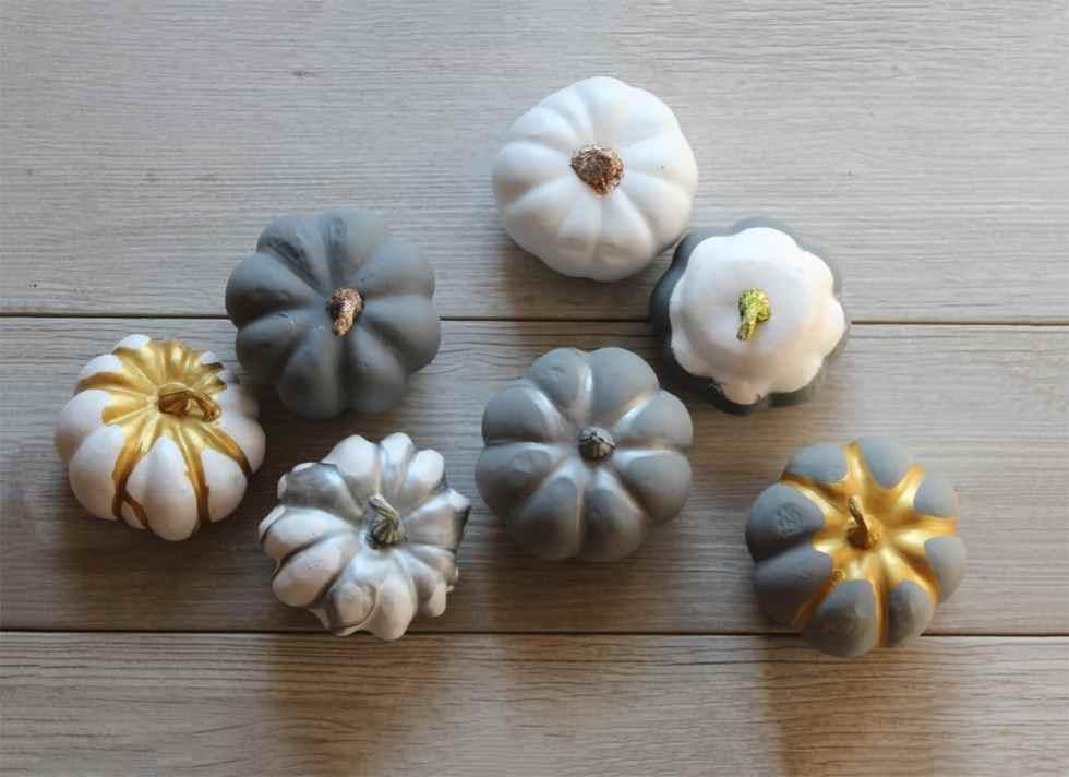 painting pumpkins, fall decor, painting mini pumpkins, metallic paint on plastic pumpkins, spray paint pumpkins