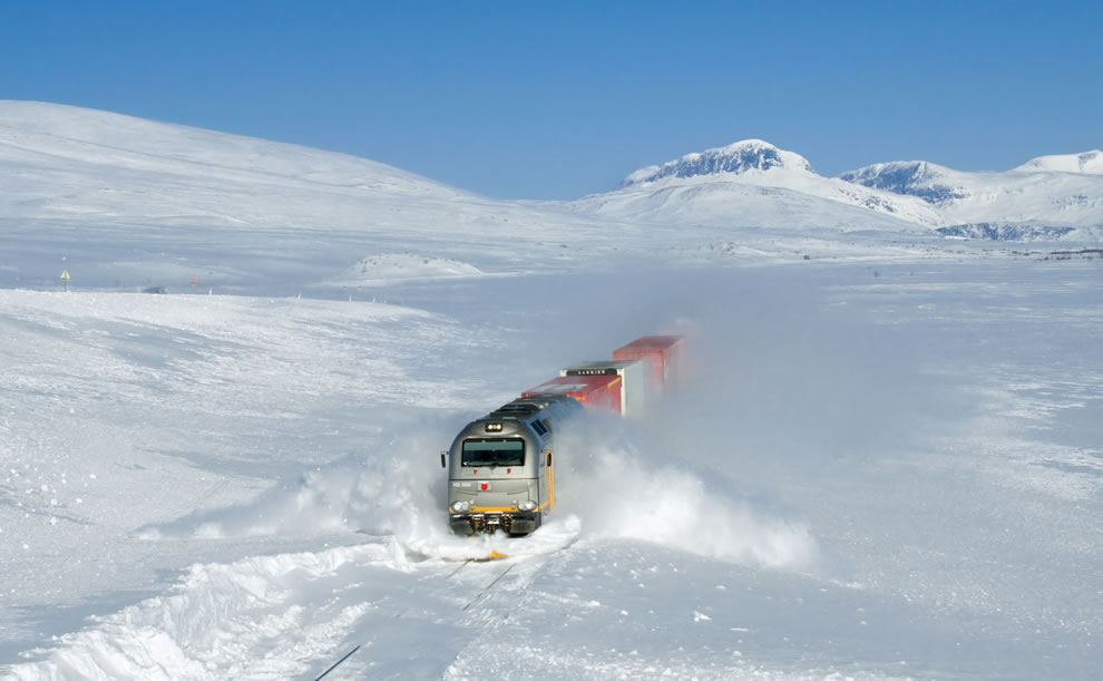 World Photography Day celebrate with Wikimedia Commons Picture of the Year winners -- creative commons license celebrated, CargoNet Di 12 'Euro 4000' (road number 312 006) plowing through snow drifts at about 100 kmh
