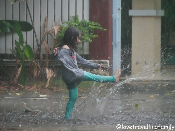 Deszcz w Tajlandii to wspaniała okazja do zabawy. Love travelling family