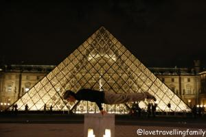 The Louvre at night, Love travelling family