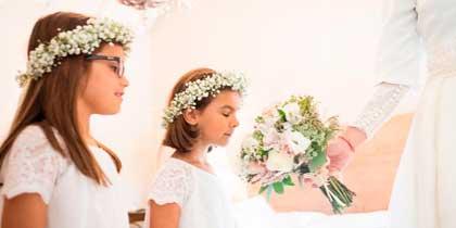 ninas con corona y flores
