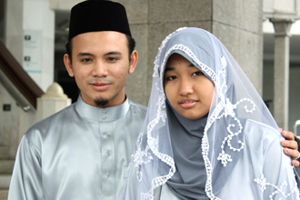 Siti Maryam Mahmood, 14, (right) and Abdul Manan 23, (left), whose marriage has triggered a call for fresh debate on child marriage. [Source: www.straitstimes.com]