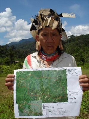 Along Sega 2005 with satellite image of his forest | Copyright: Bruno Manser Fund