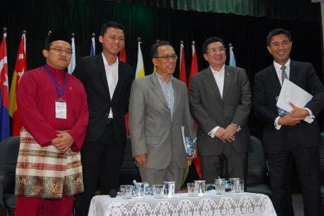 The writer (2nd from left), and the late Zainal Aznam (centre). | Photo by King Chai @ LoyarBurok