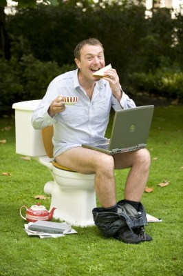 How not to sit in court - or the toilet | Sourcepic: www.loveyourgut.com